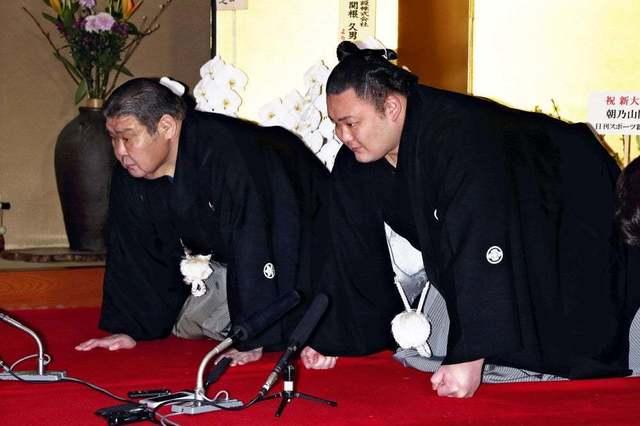 【独自】元大関朝潮の錦島親方が退職、朝乃山関違反で引責か 2021/06/11 05:00  大相撲の元大関朝潮の先代高砂親方(65)(現・錦島親方)が日本相撲協会を退職したことが10日、関係者の話で明らかになった。相撲協会の新型コロナウイルス対策指針に違反したとして協会から調査を受けている大関朝乃山関の前師匠にあたり、弟子の監督責任を取ったとみられる。  大関昇進の伝達を受けた朝乃山関(右)と元大関朝潮の高砂親方(現・錦島親方)(昨年3月25日)  朝乃山関は夏場所直前に無断外出したとして夏場所12日目から謹慎休場。協会は11日に臨時理事会を開き、朝乃山関の処分を検討する方針だった。先代高砂親方は昨年12月に65歳の相撲協会定年を迎え、部屋の師匠は元関脇朝赤龍の現・高砂親方が引き継いだ。現在は再雇用制度を利用して錦島親方として協会に残っていた。