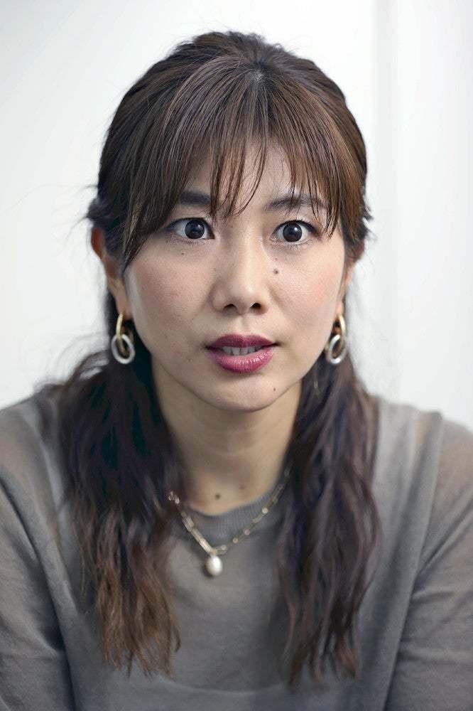 性的目的の競技写真撮影「大きな心の傷」…潮田玲子さん 2021/06/15 22:17 福岡県出身。九州国際大付属高校卒業後、三洋電機、日本ユニシスに所属。2008年の北京五輪では小椋久美子さんとペアを組んだ女子ダブルスで5位入賞、12年のロンドン五輪では混合ダブルスに出場した=横山就平撮影  性的目的での撮影や、画像悪用の被害に遭う女性アスリートが後を絶たず、対策強化を求める声が高まっている。2008年の北京五輪と12年のロンドン五輪に出場したバドミントン元日本代表の潮田玲子さん(37)に、自身の現役時代などの話を聞いた。   現役時代の潮田玲子さん(右)。小椋久美子さん(左)とペアを組み、「オグシオ」の愛称で親しまれた(2008年11月)  ――警視庁が先月、女性アスリートの競技画像をアダルトサイトに転載した男を著作権法違反容疑で逮捕しました。   「女子選手を取り巻く環境が問題視されたことは、大きな一歩だと思います。これから被害がなくなっていくことが重要で、今回の摘発が抑止力になってくれれば」   ――被害の経験は。   「最初に被害に気づいたのは2005年頃でした。小椋久美子さん(37)と組んだ『オグシオ』で注目を浴び始めた時期で、コンビニ店で『オグシオ』と書かれた見出しの雑誌を見つけて手に取ると、下着の肩ひもがずり落ちた状態でプレーする写真が掲載されていました。『どうしてこんな写真を使うのか』と怒りがこみ上げました」   「バドミントンのシャトルを拾おうと脚を開いた瞬間にシャッター音が聞こえました。胸元や、太もも、お尻を強調した写真を撮られました。こうした画像がインターネットの掲示板やツイッターに卑わいなコメントとともに投稿されていました」   ――周囲の反応は。   「男の人から『そんな格好をしているから』と、まるで私が悪いかのように言われてショックを受けました。ノースリーブは腕を動かしやすく、スコートは短パンより機能性が高いのです。一生懸命に試合をしているだけなのに……。ビーチバレーなど他の競技の選手たちも、私と同じ悩みを抱えていました」   ――周囲への相談は。   「注目を集めている証拠でもあるし、当時は、仕方がないと思っていました。競技以外に無駄なエネルギーを使いたくなかったし、見て見ぬふりをしようとしていました。それでも、試合中にカメラが気になり、日本バドミントン協会に『カメラマンの距離が近い』と相談し、競技会場の撮影エリアを変更してもらったこともあります」   「母が画像を見つけて教えてくれたこともありました。その時の母の悲しそうな顔は忘れられません。性的な対象とされた画像は、今でも私は見たくないし、大きな心の傷として残っています。夫や子どもにも絶対に見せたくありません」   ――今後、訴えたいことは。   「選手が声を上げ始めたのは、勇気ある行動だと思います。現役の人たちが余計な労力を使わないで済むよう、引退した私たちが経験を語ることで、抑止力につながればいいですね。たとえば、昔は当たり前のようにあった体罰も、声を上げる人がいたからこそ、みなの認識が変わっていきました。性的画像の問題も、被害を訴え続けることで、現状を変えていきたいと思っています」