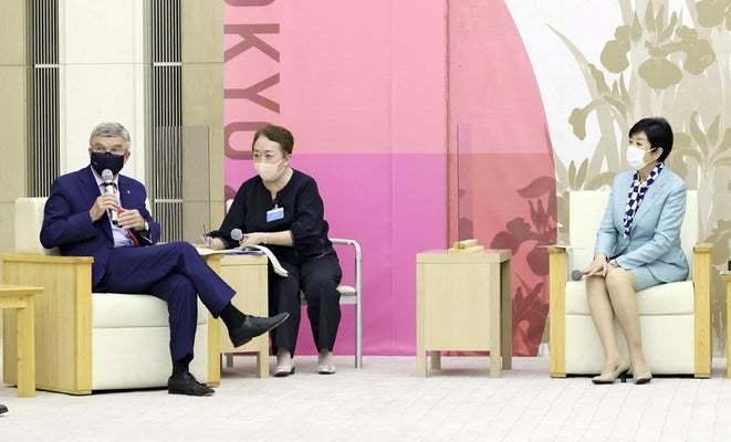 バッハ会長「日本の皆さんのリスクはゼロ」…小池知事との会談で twitter facebook mail 新型コロナ IOC バッハ会長 2021/07/15 20:51  国際オリンピック委員会(IOC)のトーマス・バッハ会長は15日、東京都庁で小池百合子知事と会談した。東京五輪で来日する選手は新型コロナウイルスの検査を受け、陽性者は隔離されることを挙げ、「日本の皆さんのリスクはゼロと言える」と語った。  聖火 東京の島々巡る[Tokyo2020+] 会談に臨む小池都知事(右)とIOCのバッハ会長(15日午後、都庁で)=代表撮影  バッハ会長は「我々は同じ船に乗り、一緒に船をこいでいる」と協力関係を強調。一方、小池知事は「大会を希望の 灯あか りとして、世界の人々に届けたい」と述べ、感染対策に万全を期す考えを改めて示した。