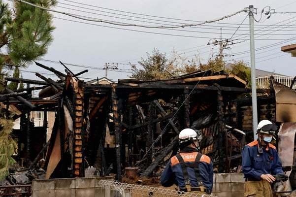 甲府市蓬沢の井上盛司さん方が全焼し、焼け跡から2人の遺体が見つかった事件で、山梨県警は13日、同市の少年(19)を井上さんの娘に対する傷害容疑で逮捕したと発表した。調べに対し、少年は容疑を認めるとともに、井上さん方に放火したことをほのめかす供述をしており、県警は現住建造物等放火容疑でも調べている。  2遺体が発見された火災現場(12日午前8時49分、甲府市蓬沢で)=大野琳華撮影  発表などによると、少年は火災発生直前の12日午前3時45分頃、井上さん方で、井上さんの10歳代の娘の頭を殴ってけがを負わせた疑い。県警が防犯カメラの映像をもとに、この少年を特定して行方を追っていたところ、12日夜に出頭してきた。少年は顔にやけどを負い、指をけがしていたという。    焼け跡から見つかった遺体は損傷が激しく、県警は身元や死因を特定するため、13日に司法解剖を行う。連絡が取れていない井上さん夫婦の可能性が高いとみられる。   火災は12日午前3時50分頃に発生。井上さん方は夫婦(50歳代)と娘2人(10歳代)の4人暮らしで、出火当時は全員が在宅していた。同3時半頃、2階で寝ていた妹が人が争うような声を聞き、1階に下りたところ、不審な男と鉢合わせし、逃げた際に後ろから襲われた。娘2人は2階のベランダから外に逃げ、110番した。 20211013-OYT1I50017-1.jpg