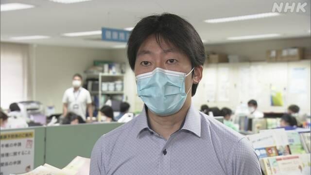感染者急増で保健所の業務ひっ迫「命と健康を守る行動を」東京 2021年7月31日 11時43分   新型コロナウイルスの感染者が急増している東京都では、入院先がすぐに決まらない人や自宅で療養する人が増えています。都内の保健所では、入院調整などの業務がひっ迫してきていて、ウェブページで「命と健康を守る行動を」と呼びかける保健所も出てきています。  東京・中央区保健所によりますと、今月上旬は感染者数は1日10人程度でしたが、28日には69人に急増し、ことし1月の第3波のピークだった40人を超え、過去最多になっているということです。  保健所では、自宅などで療養する人の健康観察や入院調整などを行っていて、この保健所では感染者数が1日20人超えると対応が難しくなるということですが、感染者数はその3倍以上となっています。  業務は非常にひっ迫していて、この日も保健師たちが空いた病床がないか確認に追われていましたが、入院先がすぐには見つからないケースが増えてきているということです。  この保健所では、こうした状況が数週間続くと予想されることから、区のウェブサイトに「酸素療法が必要な中等症の方の入院先が見つからない状況です。命と健康を守る行動をお願いします」と掲載し、協力を呼びかけています。 中央区保健所の吉川秀夫健康推進課長は「極めて重い人を何とか入院させている状況で、呼吸が苦しくても酸素の数値がかなり下がらないと入院は難しい。感染者数を減らすためには不要不急の外出を避けるなどの対策を徹底してもらうしかない」と話していました。